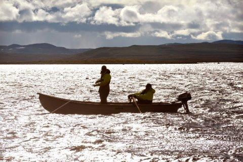 VIL ENDRE: Regjeringen vil at at staten skal overta vannforvaltningen. Her er det Ola Hov og Even Tråen som fisker i Bjornesfjorden på Hardangervidda.