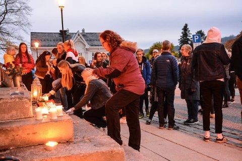 LYSMARKERING: Mange av de frammøtte tente et lys til minne om de som har begått selvmord i Kongsberg den siste tiden.