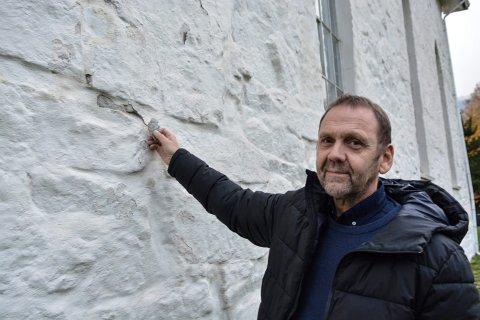 SETNINGSSKADER: Kirkeverge Oddvar Etnestad mener det er på høy tid med renovering av Efteløt kirke. Til det er det behov for penger.