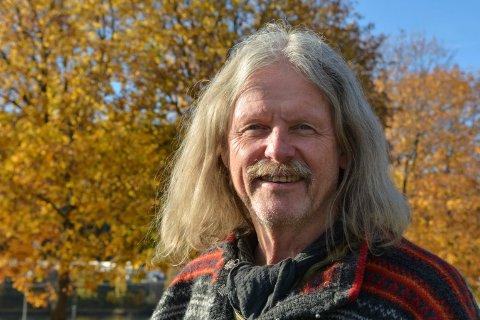 VIL HA BESØK: Maleren i Lyngdal, Tor Einar Evju, holder åpent atelier fra søndag til fredag.