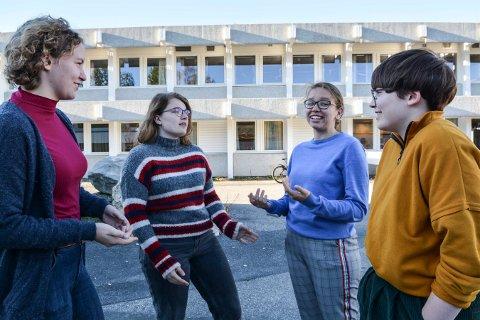 GLEDER SEG: Regine Skogmo Grøtte (t.v.), Anna Bahr, Mari Endrestøl og Ingrid Dybdal er avgangselever på Kongsberg videregående skole i år. De velger en moderat russefering, som de håper å få med seg flere på.