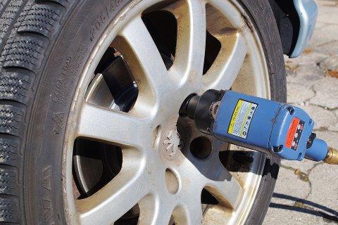 DÅRLIGE DEKK: – Gode dekk er veldig viktig for sikkerheten. Har du sommerdekk på bilen og det blir isete og glatt kan du faktisk ikke kjøre i det hele tatt før du har byttet. Veigrepet til sommerdekk på vinterføre er langt fra godt nok og bremselengden er betydelig lengre, sier Ytre-Hauge.