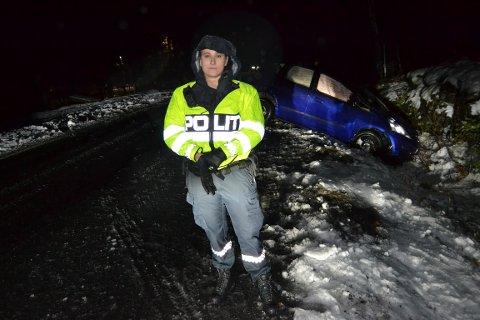 UHELL:  Martine Austad, politibetjent 2 forklarer at det trolig dreier seg om et rent uhell. - Det er ikke mistanke om verken for stor fart, eller at fører var påvirket av alkohol. Det vil ikke bli opprettet sak på forholdet.