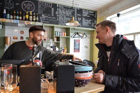 DET VAR DET: Cristian Feliu (t.v.) og kunde Runar Jordnes tar en handel og en prat, trolig for siste gang.