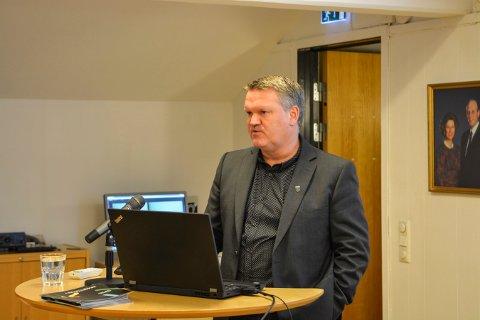 DET HANDLER OM PENGER: Rådmann Jon Gjæver Pedersen dro kommunestyret gjennom hovedtallene i budsjettforslaget for neste år.