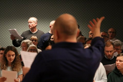 Sang sammen: Nåværende og gamle medlemmer møttes og sang sammen under dirigering av Tom Olav Guren. Han var med i Ten Sing på 80-tallet og mente at medlemmene fra den gang ikke hadde forandret seg i det hele tatt.alle foto: Stine Ljungquist Knudsen