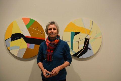 FARGER: Susanne Kathlen Mader er tysk, men bor nå på Høvik. Hun stiller nå ut malerier på Låven i regi av Kongsberg kunstforening.