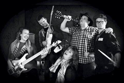 MESSING WITH THE BLUES: Studentbandet betsår av vokalist Elisabeth Moen Petterson (foran). Bak fra venstre: Ingeborg Jenny Groseth (bass), Andreas Siljeholt Høidal (gitar), Thomas Warenfors (gitar) og Jarle Bergheim (trommer).