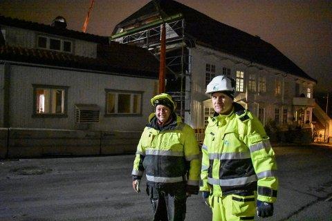 ENDELIG: Ingar Andresen og Brynjar Henriksen foran huset fra Mauritz Hansens gate, som nå har fått adresse Rogstadbakken.