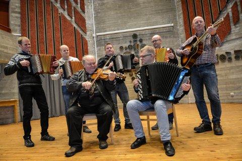 KONSERT: Festkonsert med Knut Buen (hardingfele) og Håvard Svendsrud (foran). Bak fra venstre: Knut Rogstad, Runar Hvamb Hannevold, Øyvind Hvaal, Anders Næss og Morten Marstein.