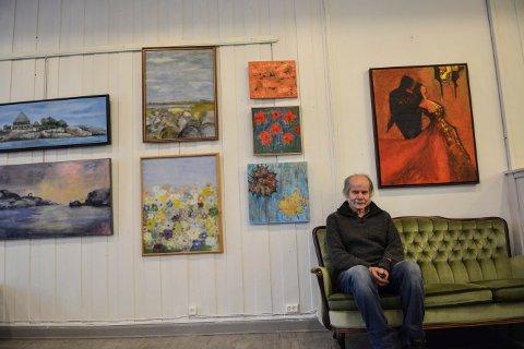 FARGERIK VEGG: Helge Rogstad forteller om en variert utstilling i Kongsberg malerklubbs regi.