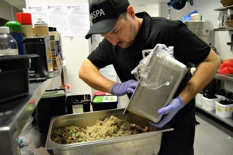 HEKTISK: På Haspa kjøkkenet går det hett for seg når julemat til over 300 KOG ansatte skal lages og serveres. 18 kokker er i full sving, blant dem kjøkkensjef Simon Hogstad.