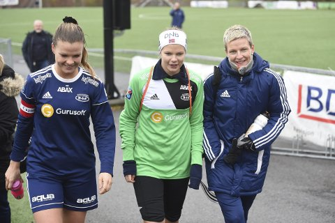 FOTBALLSØSTRE: Trine (t.v.), Caroline og Camilla Akerholt Eid kunne smile fornøyd etter at 1. divisjonskontrakten er sikret.
