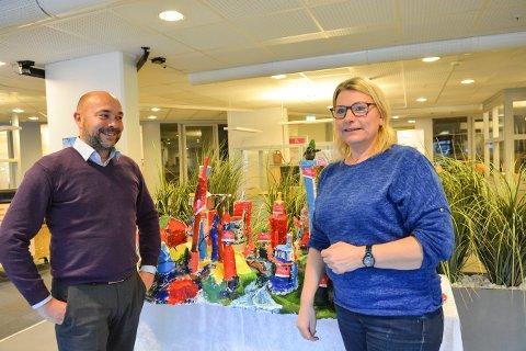 EIENDOMSSALG: Daglig leder i Aktiv Kongsberg, Torgrim Yli og Gry Karin Mulvik, salgs- og servicemedarbeider i Kongsberg boligbyggerlag foran Skrotby, som folk kan by på fram til mandag.