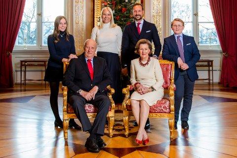 Kongefamilien stiller til den årlige julefotograferingen på Slottet. Foran: kong Harald og dronning Sonja. Bak f.v.: prinsesse Ingrid Alexandra, kronprinsesse Mette-Marit, kronprins Haakon og prins Sverre Magnus.