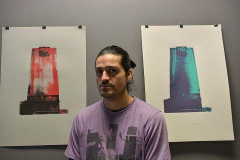 SILOKUNST: Patricio Esteban Briceno med to av trykkene han har laget av siloen.