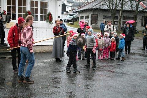 FORNØYD: Edvin Dølplass Dyrelund (7) sparka hatten under hallingdansen da kulturskolens folkedansere holdt oppvisning.