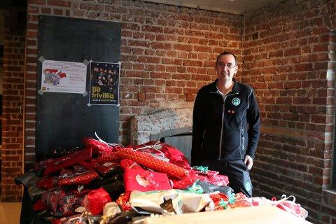 STORT ENGASJEMENT: Gernot Ernst i Norsk Folkehjelp var fornøyd med pakkehaugen i fjor. Lørdag arrangeres årets pakkeverksted.