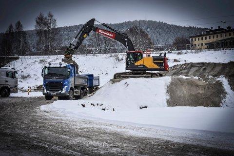 I KØ: Lastebilene sto i kø for å kjøre bort sand fra Sildetomta fredag.