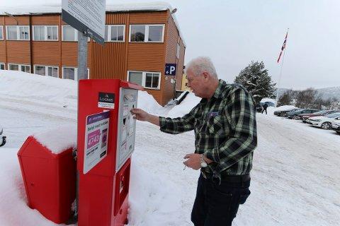 FANT PLASS: Endre Finnerud fant til slutt en ledig parkeringsplass ved sykehuset.