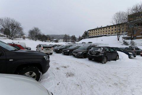 P-HUS: Politikere i Kongsberg har lenge ønsket P-hus ved sykehuset. Nå foreligger et forslag om å samarbeide med Vestre Viken HF om å få til en løsning.