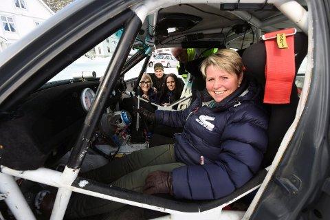 GLEDER SEG: Løpsleder Torill Karlsrud bak rattet i rallybilen til et av hjemmehåpene Atle Redalen. I bakgrunnen Grete S. Solberg (t.v.), kartleser Knut S. Brekke, Sonja Levorsen og Roy Arne Lislelid.