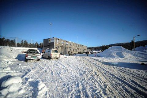 Brakkene på plass: Dette blir en anleggsplass, der en helt ny skole skal stå om halvannet år.