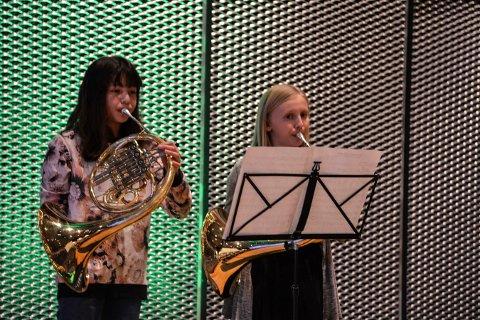 MUSIKK: Sarah Andersen(t.v.) og Synne Voldseth spilte walthorn i Kongsberg kommunestyre.