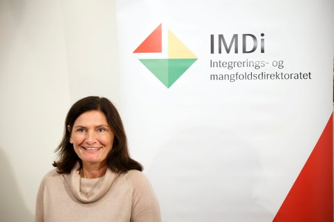 Direktør Libe Rieber-Mohn i Integrerings- og mangfoldsdirektoratet mener kommunene må opprettholde tilbudet til de bosatte flyktningene, selv om antallet flyktninger er på vei ned.