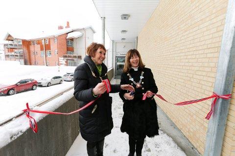 KLIPPET SNORA: Kongsberg-ordfører Kari Anne Sand (t.v.) og Øvre Eiker-ordfører Ann Sire Fjerdingstad sto for den offisielle markeringen av at Øvre Eiker har fått legevakt i Kongsberg.