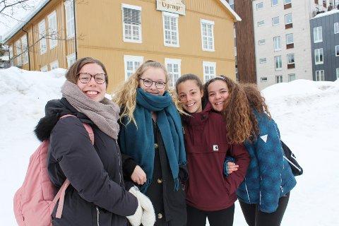 Marte Moen, Thea Sofie Slagnes Dale, og to av de spanske gjestene