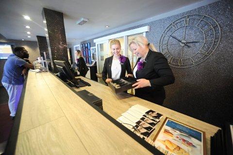 HELT TOMT FOR KONTANTER: Det er ikke lenger noen kontanter i pengekassa som de brukte i resepsjonen på Grand hotell i Kongsberg. Charlotte Odden resepsjonssjef (t.v.) og Janne Johansen, hotelldirektør er glade for at hotellet nå er kontantfritt.