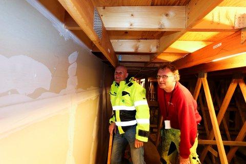 UTBEDRER: Tom Vidar Johansen (t.h.) i Nerpuz brannsikring er i gang med å utbedre på loftet i Peckelsgate 9. Brynjar Henriksen i KKE er innom for å se hvordan det går.