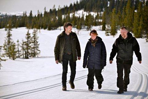 SATSER: Her er tre av de fire utbyggerne bak Vegglifjell Resort. Den siste eieren, Jonny Holm, er ikke med på bildet. Fra venstre Kjetil Heitmann (Naturforvalter AS), Espen Aasen og Frøydis Hansen Aasen.