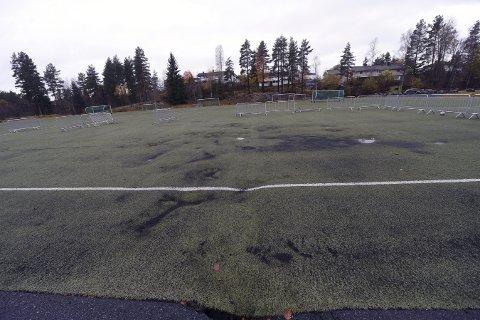 SKAL REPARERES: Nå skal kunstgresset på fotballbanen på Eilertsløkka fjernes, hullene fylles igjen og så skal det legges et nytt kunstgressdekke der.FOTO: HOSTVEDT