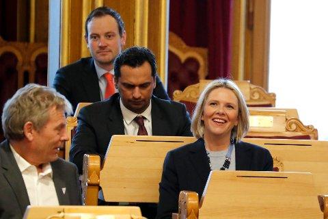 TALER 1. MAI:  Stortingsrepresentant Sylvi Listhaug (Frp) under spørretimen i Stortinget onsdag. Arne Nævra (SV) (tv)