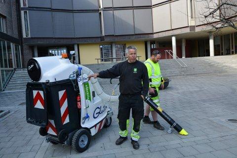 SØPPELSUGER: Øivind Tonby, oppsynsmann i park og idrett (t.v.) og Roger Jakobshaug ved den strømgående søppelsugeren.