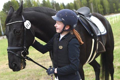 FORNØYD: Pia Andreassen-Klokseth roser hesten Nobel Line etter innsatsen i søndagens sprangstevne på Stengelsrud.ALLE FOTO: OLE JOHN HOSTVEDT
