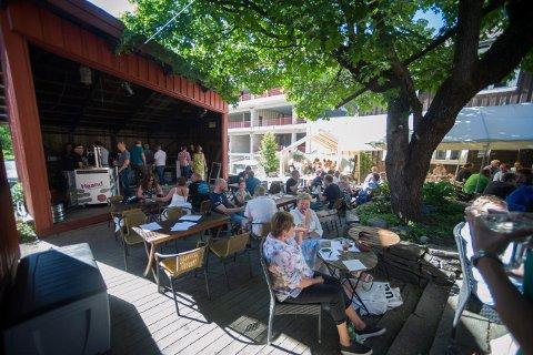 STEMNING: Er det fint vær, kommer det alltid mye folk til ølfestivalen. Bildet er fra et tidligere år.