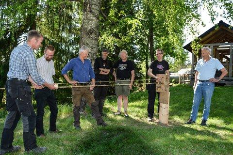 LAGER TAU: Fra venstre: Knut Rogstad,  Ole Jacob Cranner, Øivind Rogstad, Steven Carpenter, Anders Hørtvedt, Thorleif Moos og Trygve Rognan viser hvordan man tvinner reip.