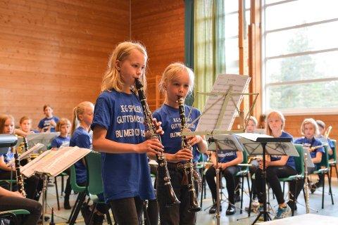 VIL HA MED FLERE: Johanna Bjerke (t.v.) og Elise Renard deltok på rekrutteringskonserten i gymsalen på Gamlegrendåsen skole i fjor. Torsdag blir det ny runde med rekrutteringskonserter.