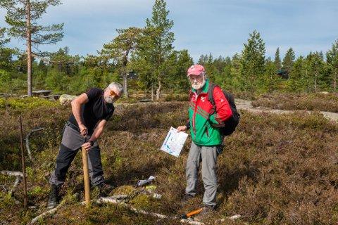 Stein Ødegård og Odd Egil Frogner fra Orienteringslaget Tønsberg & Omegn (OTO) plasserer turorienteringsposter på Skrimfjell.
