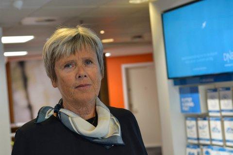 GIR RÅD TIL FERIEFOLKET: Lokalbanksjef i DNB, Marit Norendal, råder folk til å hele tiden ha oversikt over egen pengebruk.