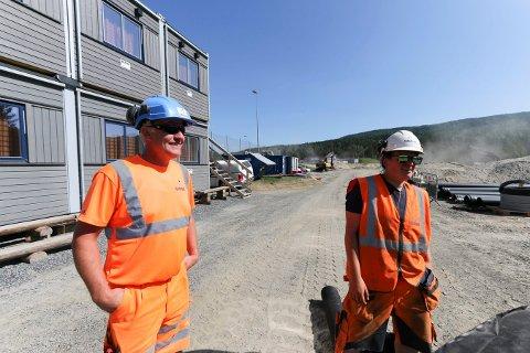 ENESTE JENTE: Morten Bjørkesett (byggeleder) og Ingrid Kvear (lærling) i Isachsen jobber begge på anleggsområdet der nye Flesberg skole etter hvert skal reise seg.