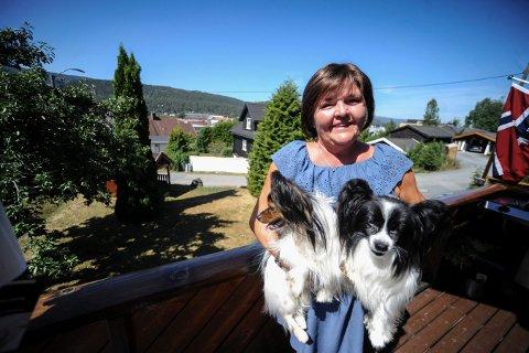 GLEDER SEG: May-Wenche Grønboengen bor nå i enebolig i Welhavensvei med hundene sine, Mio og Bello. Hun har utsikt til der Sølvparken skal bygges fra verandaen sin.