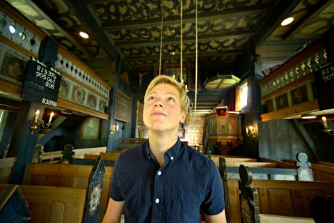 VOKTEREN I ROLLAG: Filip Brevig er en av guidene og omviserne i Rollag stavkirke denne sommeren.