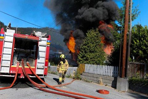 KRAFTIG: Innen brannvesenet var framme på stedet var boligen fullstendig overtent. Det veltet ut svart røyk som var synlig fra store deler av Kongsberg.