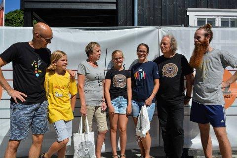 ÅRETS MODELLER: Fra venstre: Ronny Røed, Anton Olivier med en jazztass-skjorte, Mona Ledum, Oda Olivier, Mona Olivier med funksjonær-skjorte, Odd Bjørkgård og Trym Karlsen med særing-skjorte.