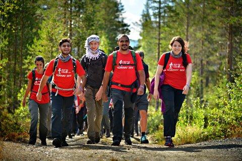 UT PÅ TUR: 30 palestinere har denne uka gått i fjellet, med utgangspunkt i Jondalen. I første rekke fra venstre: Haya Qadoumi, Hisham El Manasri, Taher Kanaan, Aref Shehade og Yara Jichi.