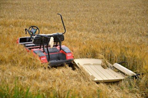 Det står en golfbil på jordet, etter at Kongsberg golfbane ble utsatt for hærverk i begynnelsen av august.